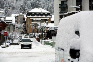 chamonix-la-capitale-mondiale-de-l-alpinisme-est-para-e-pour-l-hiver-il-ne-reste-plus-qu-a-da-gager-les-bancs-publics-de-leur-coussin-moelleux-mais-glaca-photo-le-dl-greg-yetchmeniza (1)