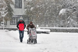 chamonix-les-promenades-avec-poussettes-sont-un-tantinet-plus-difficiles-avec-20cm-de-neige-sur-les-trottoirs-photo-le-dl-bruno-magnien