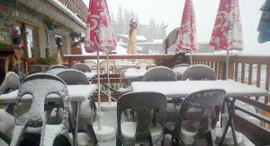 la-terrasse-d-un-bar-recouverte-par-la-neige-a-la-rosiere-photo-le-dl-rosalia-bogo