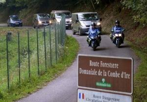 397943_passage-des-vehicules-transportant-les-corps-des-victimes-de-la-tuerie-de-chevaline-le-6-septembre-2012-sur-la-route-forestiere-de-la-combe-d-ire